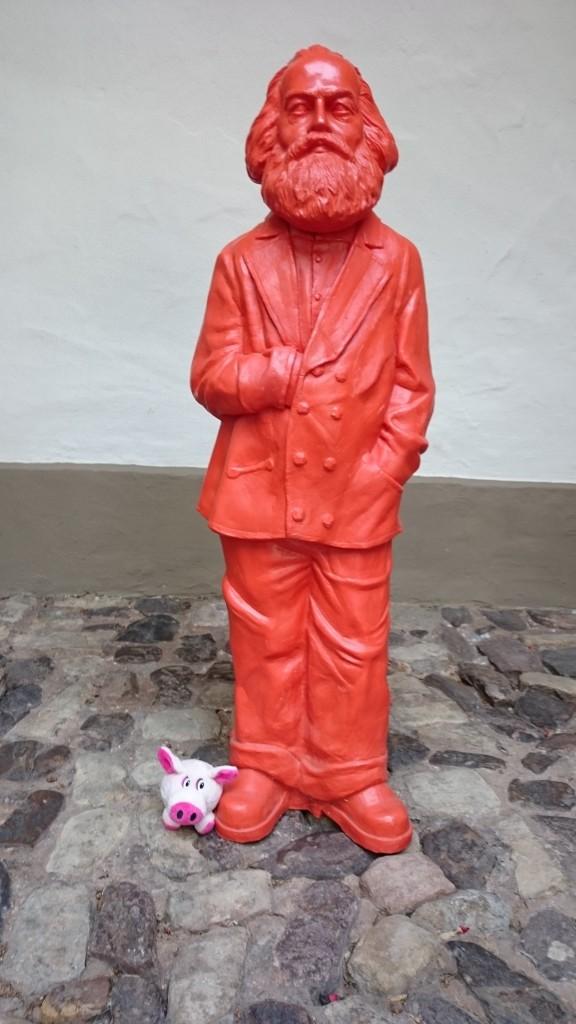 ... auch kleine, Rote Männer, zu denen Rosa kaum aufschauen mag, dennnoch ...