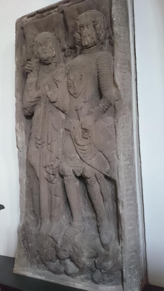 ... und sehr emanzipierte Paare ... (Man beachte die Details bei dieser Grabplatte aus dem 14. Jahrhundert: Der Mann legt den Arm um die Frau (normalerweise liegen beide etwa einen halben Meter voneinander entfernt und beten) und beide(!) stehen auf einem Löwen, dem Symbol für Macht und Stärke. Sie